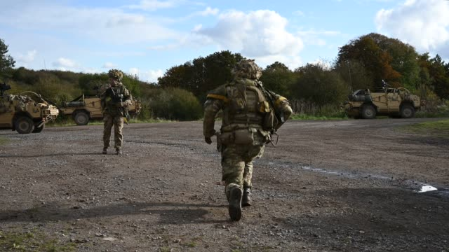 stockvideo's en b-roll-footage met soldiers from the royal anglian regiment respond to an alert to potential incoming mortar fire during a mission rehearsal exercise ahead of the uk... - british military