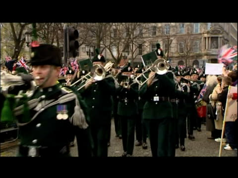 soldiers from the royal irish regiment in homecoming parade - 連隊点の映像素材/bロール