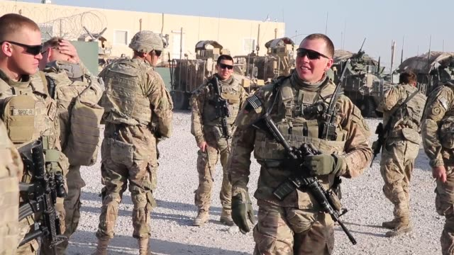 vídeos de stock e filmes b-roll de soldiers from the us army's 4th squadron 2d cavalry regiment get briefed before heading out on a mission on february 28 2014 near kandahar afghanistan - kandahar