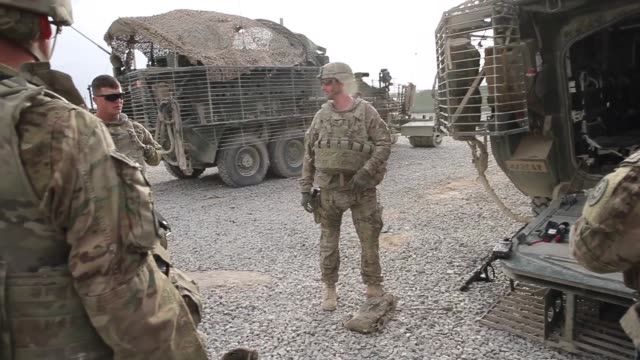 vídeos de stock e filmes b-roll de soldiers from the us army's 4th squadron 2d cavalry regiment get briefed before heading out on a mission on march 2 2014 near kandahar afghanistan - kandahar