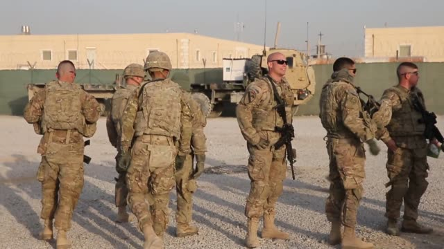 vídeos de stock e filmes b-roll de soldiers from the us army's 4th squadron 2d cavalry regiment get briefed before heading out on a mission on february 26 2014 near kandahar afghanistan - kandahar