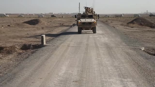 stockvideo's en b-roll-footage met ls soldiers from the us army's 4th squadron 2d cavalry regiment patrol on february 28 2014 near kandahar afghanistan - kandahar afghanistan