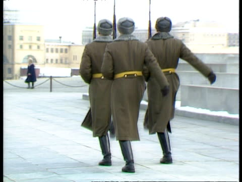 vidéos et rushes de ms 3 soldiers goose-stepping away from camera, winter, moscow - surveillance
