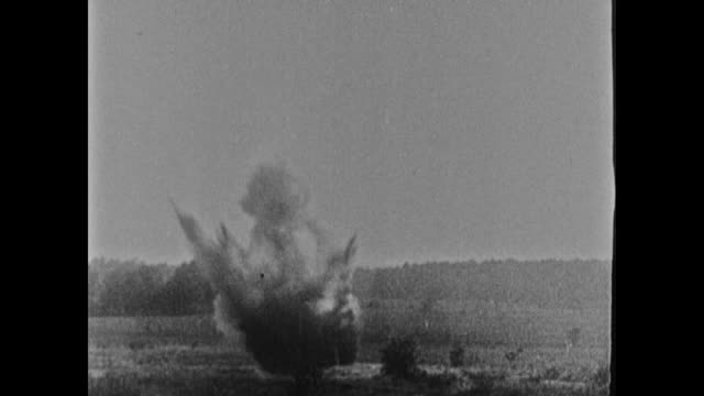 soldiers grouped in large fox hole in open field ground explosions w/ white smoke possibly 'white star' shells gas soldiers running out of hole onto... - erster weltkrieg stock-videos und b-roll-filmmaterial