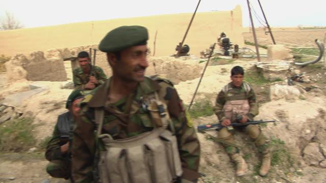 stockvideo's en b-roll-footage met soldiers having discussion / afghanistan - menselijke arm