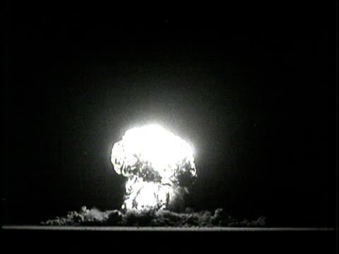 vidéos et rushes de soldiers hide in trenches during a nuclear weapons test. - champignon atomique