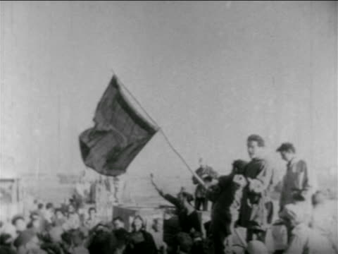 soldiers holding egyptian flag outdoors / middle east / suez crisis / newsreel - 1956 stock-videos und b-roll-filmmaterial