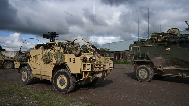 vidéos et rushes de soldiers in a jackal 2 armoured vehicle wait for a foxhound 4x4 lppv to leave before clearing the area following a mission rehearsal exercise ahead... - british military