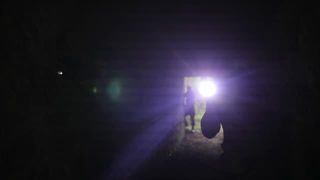 vídeos y material grabado en eventos de stock de soldados en el túnel oscuro - camuflaje