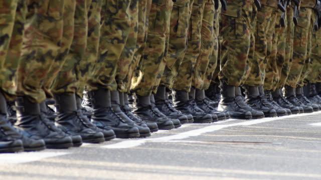 vídeos y material grabado en eventos de stock de soldados en formación durante ceremonia militar - pelotón ejército de tierra