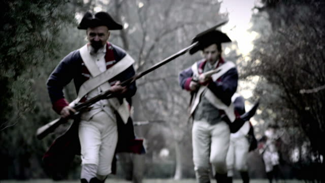 soldiers in french revolution uniforms charge across a battlefield. - rivoluzione francese video stock e b–roll