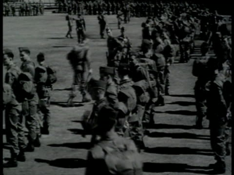 vídeos y material grabado en eventos de stock de us soldiers in full uniform w/ full packs standing in field vs soldiers standing around paratroopers w/ building bg ready for deployment wwii world... - soldado paracaidista