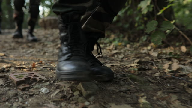 stockvideo's en b-roll-footage met soldaten in het bos - militaire training