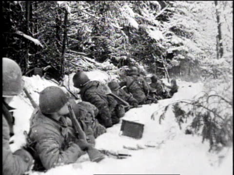 vidéos et rushes de soldiers in trench, snow piled about them / soldiers waiting / snow covered landscape - infanterie
