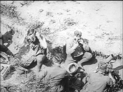 b/w 1917/18 soldiers in trenches putting on gas masks helmets / world war i / newsreel - prima guerra mondiale video stock e b–roll