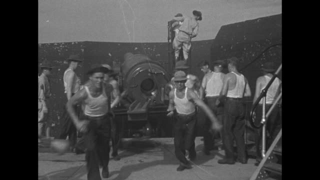 vs us soldiers in undershirts load 10 disappearing gun at fort monroe va / gun rises above fort wall to fire and retracts / men hustle to reload /... - fadenkreuz stock-videos und b-roll-filmmaterial