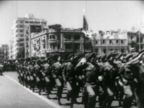 stockvideo's en b-roll-footage met b/w 1956 soldiers in uniform jogging in formation in parade on street / egypt / suez crisis - suezcrisis