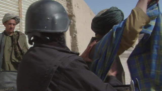 vidéos et rushes de soldiers investigating the local people / musa qala, helmand province, afghanistan. - châle