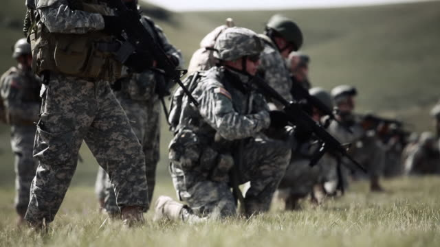 soldiers kneeling - allarme di prova video stock e b–roll