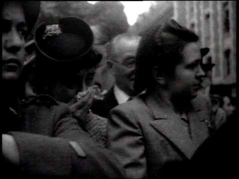 soldiers laying wreath at base of monument crowd crying ws philippe petain saluting vicepremier pierre laval standing w/ unidentified men possibly... - 大臣点の映像素材/bロール