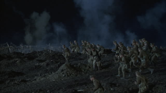 wwi soldiers leave a trench and run across a battlefield. - prima guerra mondiale video stock e b–roll