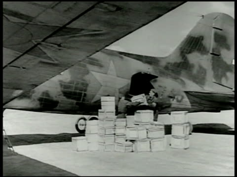 vidéos et rushes de soldiers loading boxes of supplies into us airplane sides marked in russian cyrillic wwii world war ii eastern front lend lease program - 1942