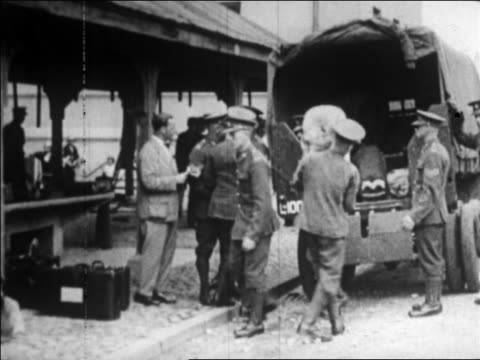 vidéos et rushes de us soldiers loading packs into back of truck / germany / newsreel - véhicule utilitaire léger