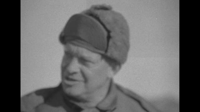 vidéos et rushes de / soldiers lying prone with targets in distance / eisenhower arrives on scene and stands / vs he sits in airplane exits plane and is greeted by maj... - général grade militaire