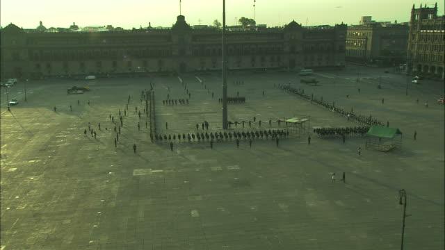 vídeos y material grabado en eventos de stock de soldiers march in a flag ceremony on a plaza in mexico. - tradición