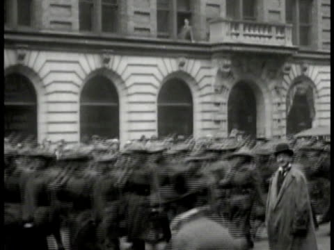 vídeos de stock e filmes b-roll de s soldiers marching down street civilians bg ms boston policemen leaving building governor calvin coolidge shaking hands w/ uniformed officer ws... - 1919
