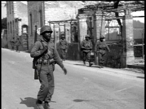 vidéos et rushes de soldiers marching down street / italy - soldat