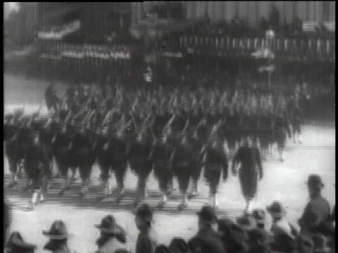 vidéos et rushes de soldiers marching during wwi / united states - 1918