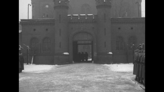 vidéos et rushes de soldiers marching in formation past camera / close view of snow on ground / shot of exterior of spandau prison, us soldiers standing in formation off... - garder