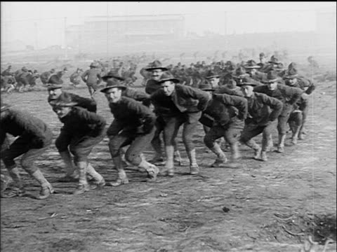 vídeos de stock, filmes e b-roll de b/w 1917 soldiers marching with bent knees at military training camp / ww i / documentary - campo de treinamento militar
