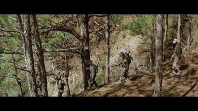 stockvideo's en b-roll-footage met ws pan soldiers moving into jungle - breedbeeldformaat