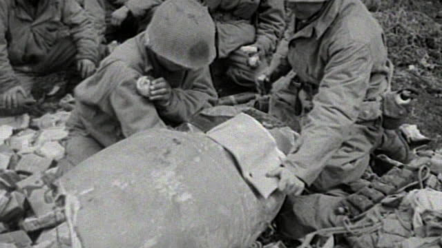 soldiers of the 442nd infantry regiment walking on a trail in the woods, wrapping supplies in burlap, and taking cover behind trees near german... - infanteri bildbanksvideor och videomaterial från bakom kulisserna