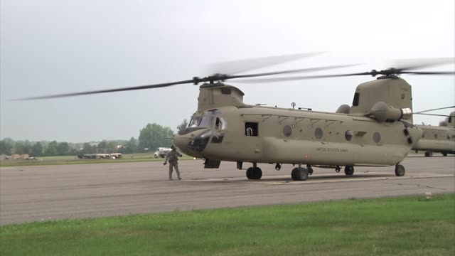 stockvideo's en b-roll-footage met soldiers of the 4th aviation brigade ft carson colorado load a ch47 chinook to support the vibrant response '14 exercise at camp atterbury indiana - triage