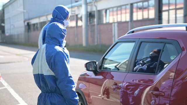 soldiers of the bundeswehr germany's armed forces receive people with possible covid19 symptoms at a converted hall for coronavirus testing at the... - eventuell stock-videos und b-roll-filmmaterial