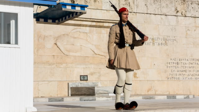 soldiers of the greek presidential guard in front of the tomb of the unknown soldier in central athens on june 15, 2016 - basco video stock e b–roll