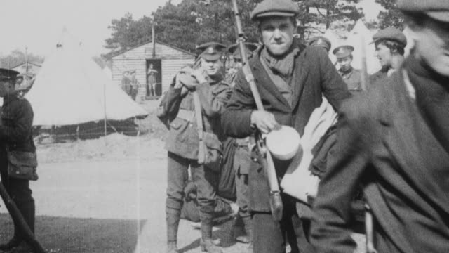 1921 montage soldiers of the london scottish reserve regiment, wearing half uniform and half civilian clothing, trying to erect tents and set up base camp on wimbledon common / london, england - sciopero video stock e b–roll