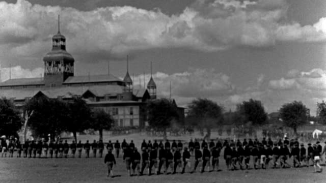 vídeos de stock, filmes e b-roll de soldiers of the spanish-american war march in long rows in a military parade. - 1926