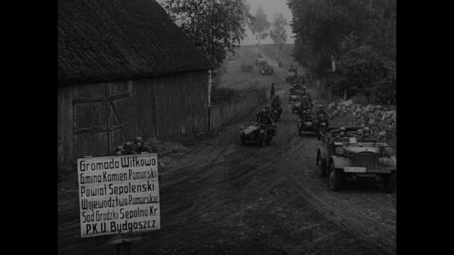 vídeos de stock, filmes e b-roll de vs soldiers on horseback hauling artillery over bridge / soldiers on motorcycles with sidecars at fork in road with sign gramada willowa / vs heavy... - polônia