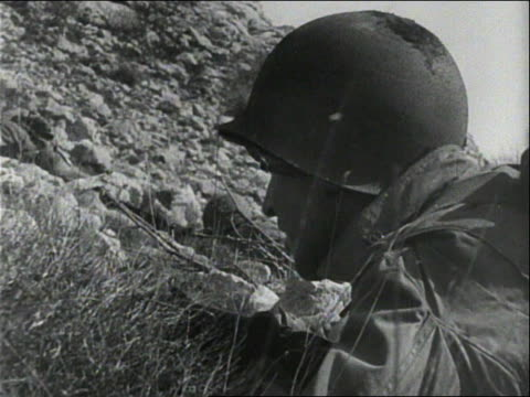 soldiers on the side of a hill / soldiers hiding behind rocks / smoke from an explosion - 迫撃砲点の映像素材/bロール
