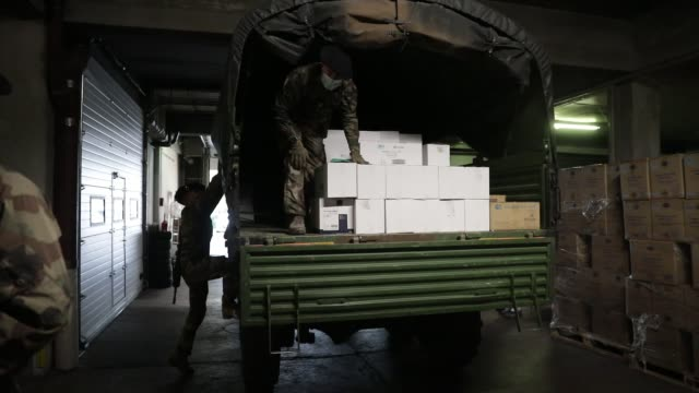 """vídeos y material grabado en eventos de stock de soldiers participate in operation """"resilience"""", they collect surgical masks to deliver them to various medico-social structures in the savoie... - material médico"""