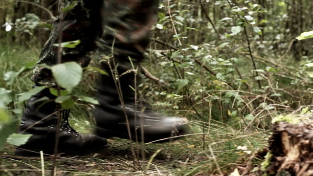 soldiers passing by - soldat stock-videos und b-roll-filmmaterial