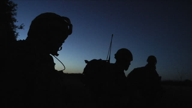 stockvideo's en b-roll-footage met soldiers patroling - militaire training