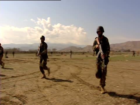 vídeos y material grabado en eventos de stock de soldiers perform military training in a field in pakistan. - uniforme militar