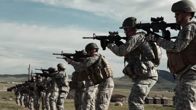 vídeos de stock e filmes b-roll de soldiers practicing firing movements at green beret training. - exército americano