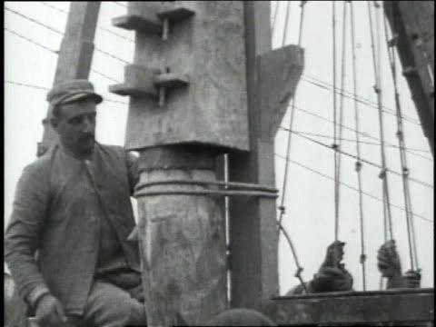 vídeos de stock, filmes e b-roll de soldiers pulling pile driver's ropes - pile driver
