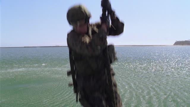 ms, td, slo mo, soldiers rappelling into water from helicopter, usa - ta ner bildbanksvideor och videomaterial från bakom kulisserna